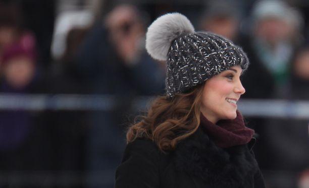 Herttuatar Catherine sonnustautui Ruotsin talveen kunnon tupsupipolla.