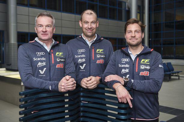 Matti Haavisto (vas.) on hiihtomaajoukkueen johtaja, Mikko Virtanen miesten ryhmän kakkosvalmentaja ja Ville Oksanen naisten tiimin päävalmentaja.