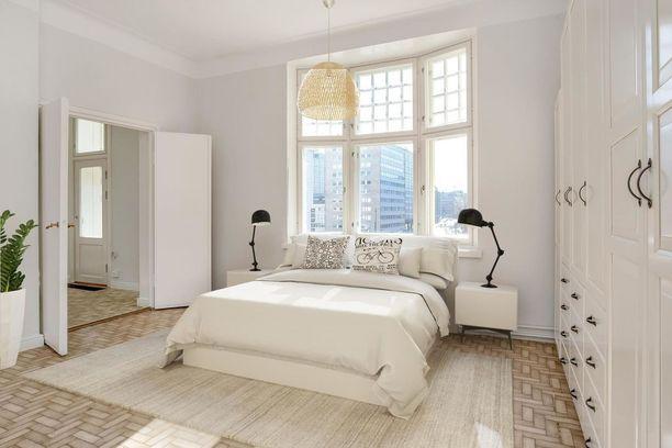 Töölöläiskodissa makuuhuoneen katseenvangitsija on komea ikkuna.