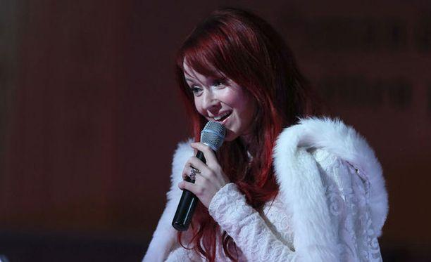 Johanna Kurkela esiintyi vähän aikaa sitten konsertissa sormus nimettömässään.