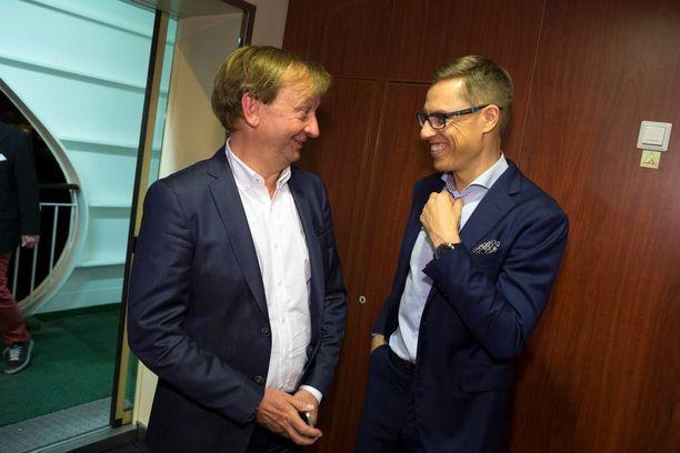 Hjallis Harkimo ja Alexander Stubb kuvattiin kokoomuksen vaaliristeilyllä viime keväänä.