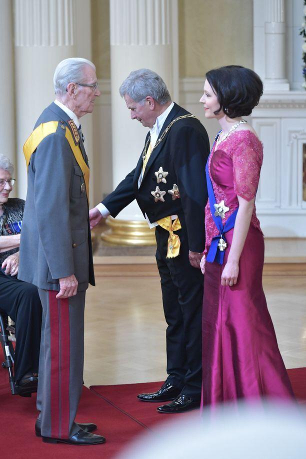 Kenraali Jaakko Valtanen kätteli presidenttiparia ensimmäisenä..