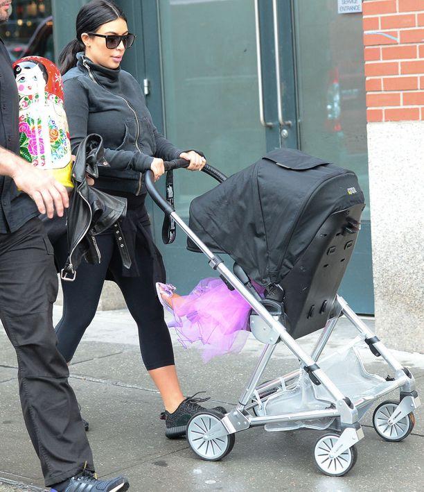 Kim Kardashianin vanavedessä kulkenut turvamies kantoi mukanaan suurta maatuskanukkea.