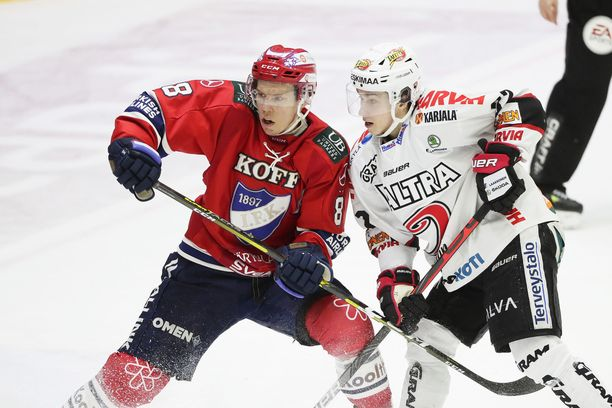 HIFK:n Ville Varakas ja JYPin Jerry Turkulainen väänsivät 12. maaliskuuta Helsingin jäähallissa.