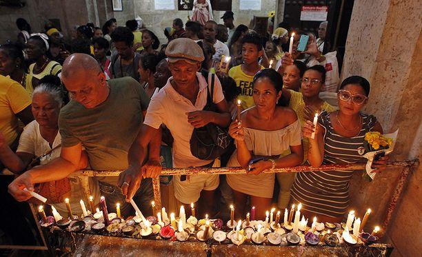 Sadat ihmiset kerääntyivät kirkkoon Havannassa sytyttämään kynttilöitä La Caridadin neitsyelle, joka on Kuuban suojelupyhimys.