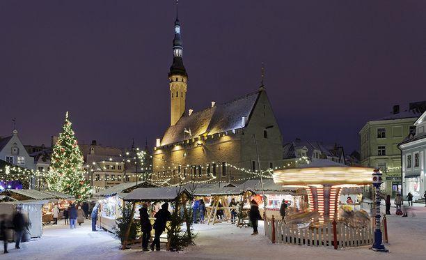 Raatihuoneentorin perinteiset joulumarkkinat tuovat juhlatunnelmaa Tallinnaan.