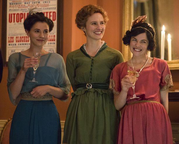 Charlie Murphy, Ruth Bradley ja Sarah Greene näyttelevät ystäviä, jotka ovat tässä kohtauksessa juhlimassa harrastajateatteriesityksensä ensi-iltaa.