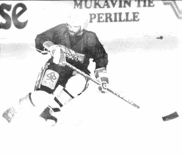 """Iltalehdessä kerrottiin elokuussa 1989, että """"HPK:n uusi neuvostolaisvahvistus"""" Igor Kuznetsov testasi luistimiensa terävyyttä."""