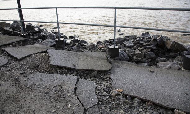 Aallokko hajotti tietä Reposaaressa.