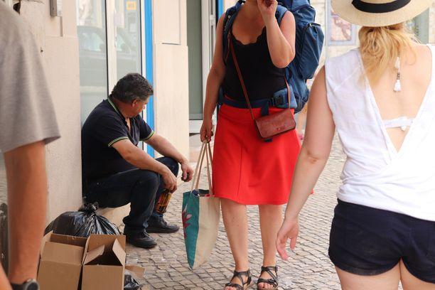 Monet paikalliset viettivät suurimman osan ajastaan varjossa. Ainoastaan turistit jaksoivat pysyä jalkeilla auringossa.