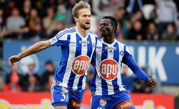 HJK:n Akseli Pelvas juhlii maaliaan ja saa onnittelut Anthony Annanilta.