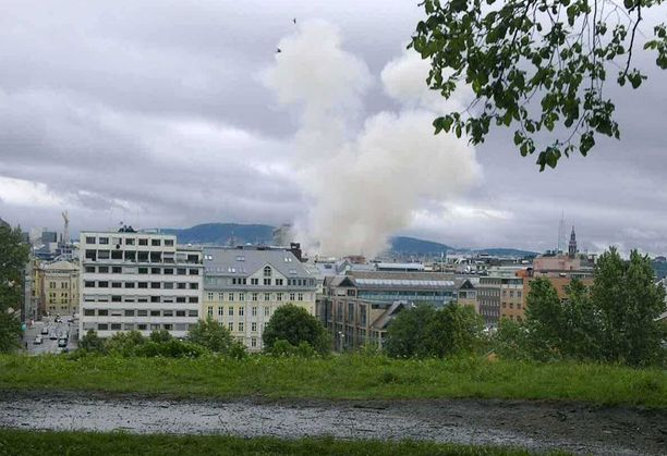 Räjähdys nosti korkean savupatsaan, joka näkyi kauas.