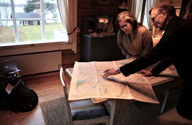 Oopperalaulaja Margareta Haverinen ja Jussi Liimatainen tutkivat kartalta tuulivoimaloiden kaavailtuja sijoituspaikkoja.