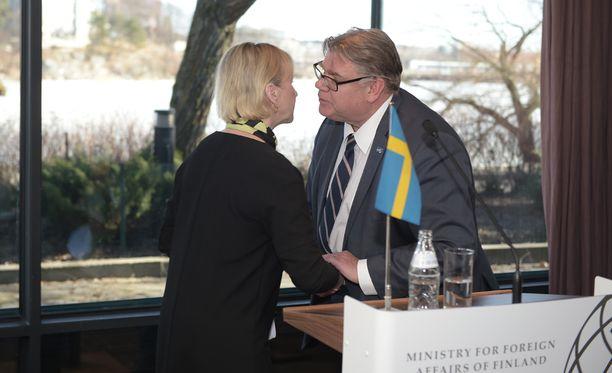 Ruotsin ulkoministeri Margot Wallström kertoi Timo Soinin kanssa pitämässään tiedotustilaisuudessa, että Suomi saa Ruotsilta 100-vuotisjuhlan kunniaksi veistoksen. Toinen lahja on ruotsalais-suomalainen metsäntutkimusprojekti.