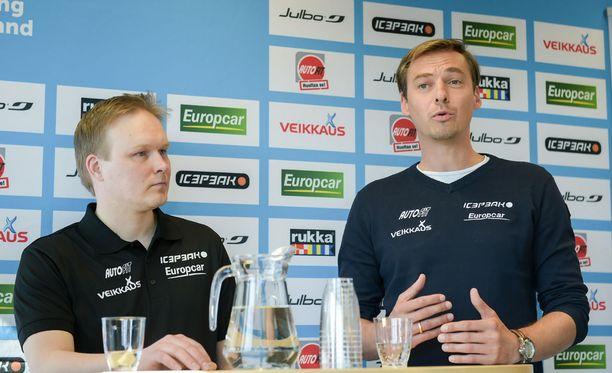 Lauri Hakola (vasemmalla) ja Andreas Mitter nimettiin vuonna 2016 mäkihyppyjoukkueen valmentajiksi. Nyt Hakola nousee päävastuuseen.