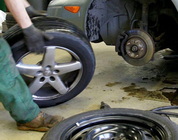 Autoilijoiden ei ole syytä pelätä sakkoja, vaikka nastarenkaat ovat autossa huhtikuun puolivälin jälkeenkin.