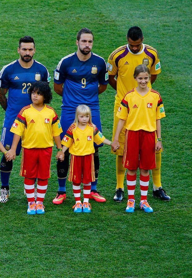 Vilja Ahl (eturivissä keskellä) pääsi saattamaan kentälle hyökkääjä Gonzalo Higuainin.