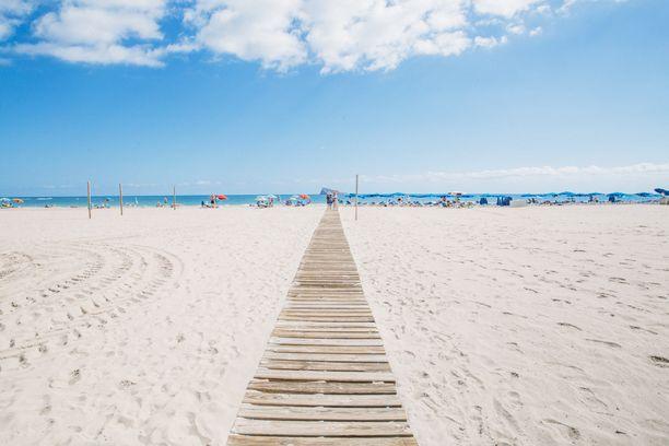 Pitkä hiekkaranta on tuttu näky Benidormissa. Rannat ovat leveitä, joten niillä on tilaa myös ruuhkaisina päivinä.