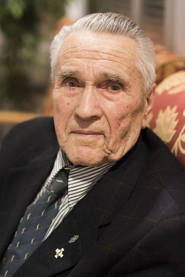 Teuvo Viskari on nuorin Oriveden yhä elossa olevista sotaveteraaneista. Viskari joutui rintamalle 17-vuotiaana. Valkeasaaren taistelu 9. kesäkuuta 1944 oli koitua nuorukaisen kohtaloksi. Venäläiset mursivat Suomen puolustuksen ja Viskari jäi kahden muun nuoren sotilaan kanssa venäläisten motittamaksi. Kuin ihmeen kaupalla kaverukset selvisi elävinä vihollisen leiristä omalle puolelle kolmen päivän piilottelun jälkeen.