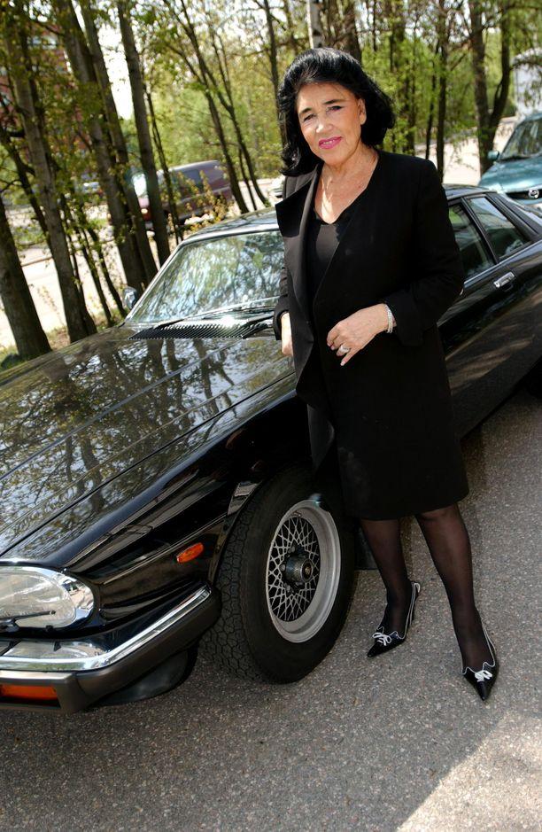 Paakkasen tyyliin kuuluu sporttinen Jaguar, jonka pitää tietenkin olla musta. Mustaa värinkylläistä Marimekkoa luotsannut Paakkanen on suosinut myös pukeutumisessaan.