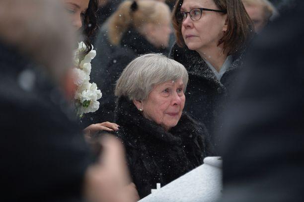 Vieno-äiti kyynelehti poikansa arkun äärellä.