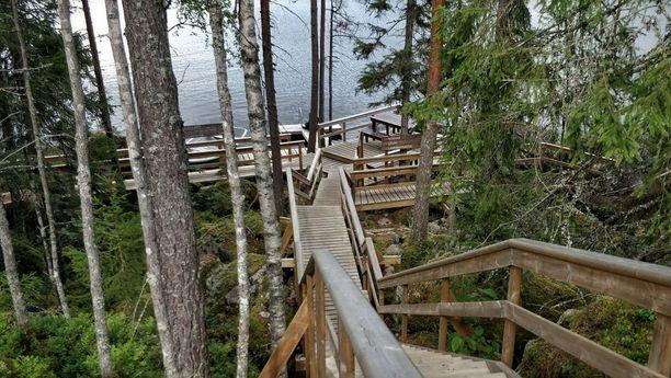 Ritajärvellä on kolme rengasreittiä, jotka kulkevat metsä- ja järvimaisemissa.