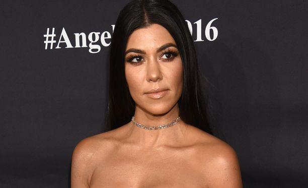 Kourtney Kardashian emännöi sukujoulun.
