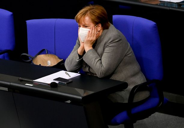 Angela Merkel suunnittelee sulkevansa julkisen liikenteen rajoituksia.