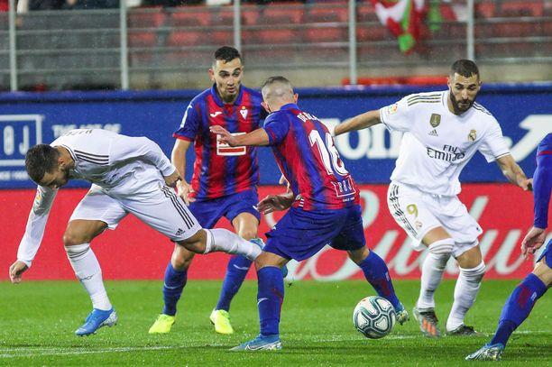 Eibarin Pablo de Blasis taisteli pallosta Eden Hazardin ja Karim Benzeman Ipurualla viime marraskuussa.