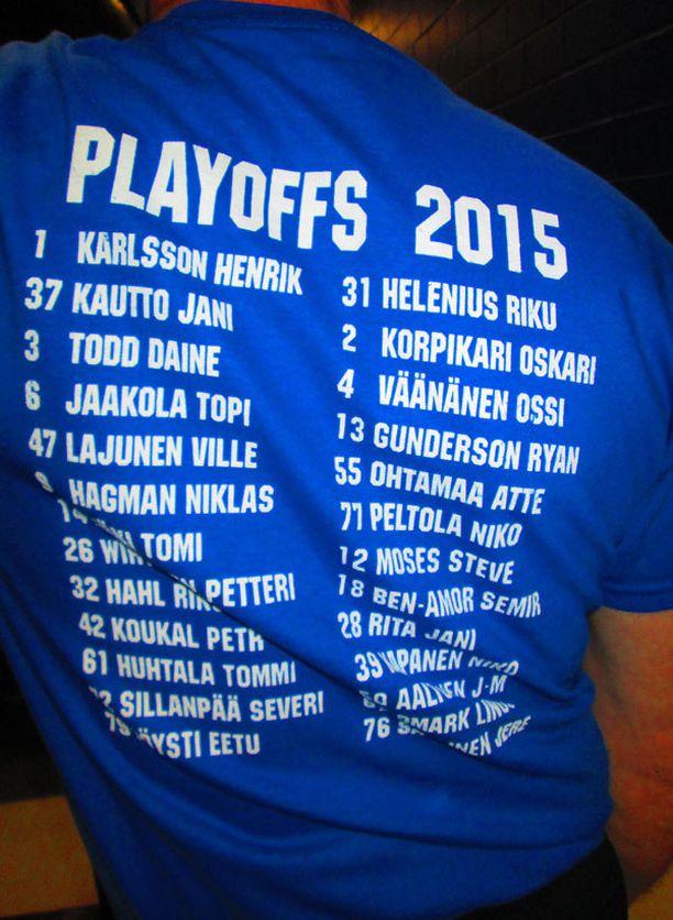 Jokerien päävalmentaja Erkka Westerlund oli pukeutunut pelaajien tavoin joukkueen yhtenäisyyttä korostaviin t-paitoihin.