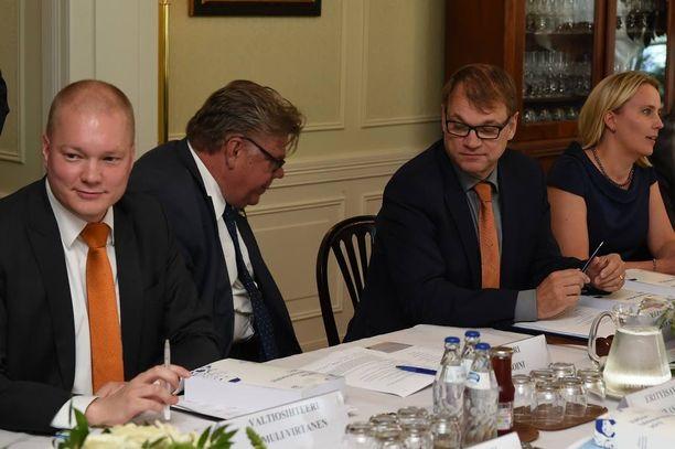Pääministeri Juha Sipilä (kesk) katseli kun ulkoministeri Timo Soini (ps) kaiveli laukkuaan ennen budjettiriihen alkua.