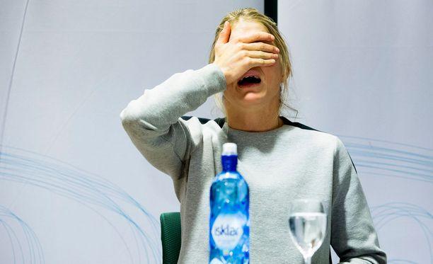 Therese Johaug murtui kyyneliin tiedotustilaisuudessa.