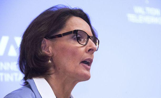 Liikenne- ja viestintäministeri Anne Berner (kesk) havittelee Suomeen Teslan jättitehdasta.