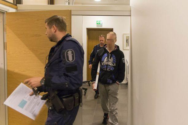 Mies saapui oikeuteen kasvot näkyvillä, mutta peitti päänsä salissa.