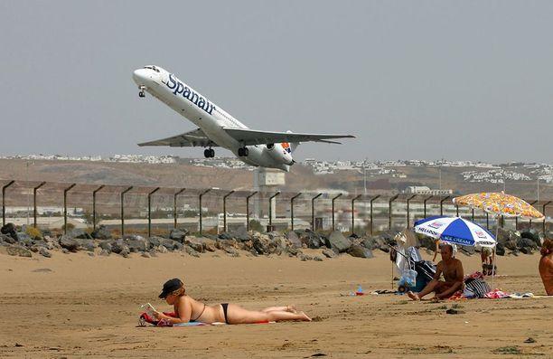 Lanzaroten lentoaseman vieressä on suosittu uimaranta.