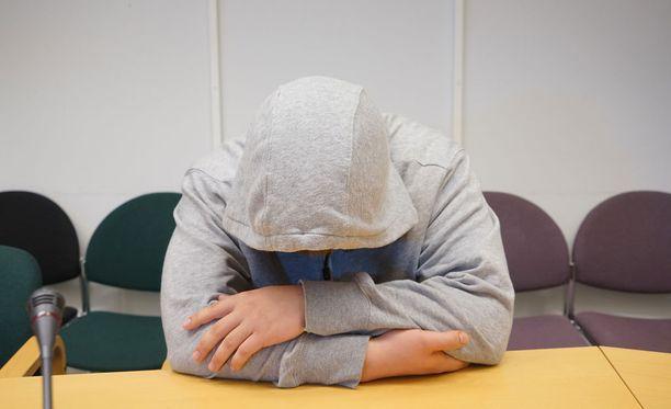 Yhtä henkilöä syytetään vahingonteosta ja törkeästä kotirauhan rikkomisesta. Vangitsemisoikeudenkäynti käytiin viime vuonna Espoon käräjäoikeudessa.