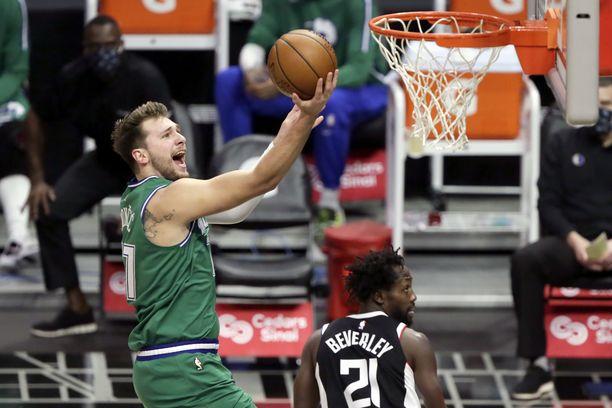Dallas Mavericks (Luka Doncic) kuritti Los Angeles Clippersia (Patrick Beverley) Staples Centerissa.