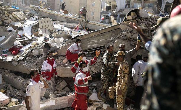Pelastajat etsivät henkiin jääneitä raunioista Sarpol-e Zahabissa Iranissa.
