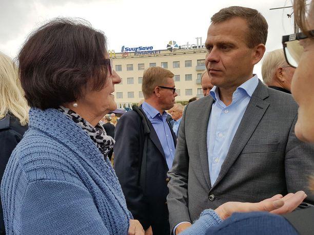 Myös kokoomuksen puheenjohtaja, valtiovarainministeri Petteri Orpo keskusteli kansalaisten kanssa Mikkelin torilla.