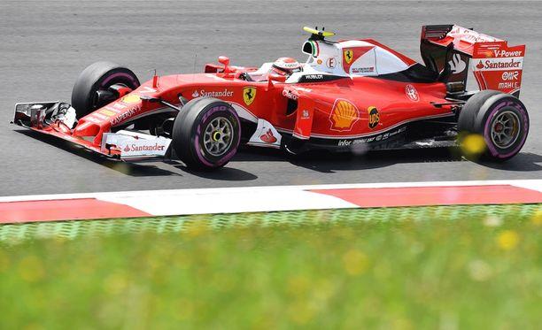 Kimi Räikkönen aloitti rengastaktikoinnin.