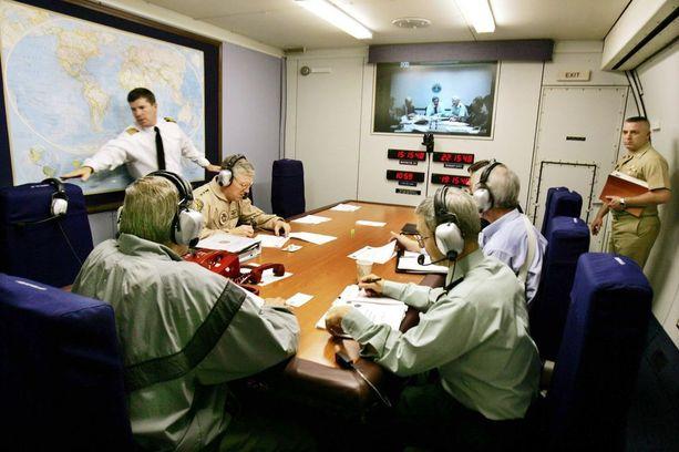 Puolustusministeri Donald Rumsfeld kävi puhelinkokousta E-4B-koneessa vuonna 2004.