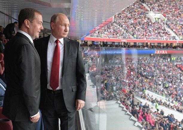 Pääministeri Dmitri Medvedev ja presidentti Vladimir Putin olivat torstaina paikalla MM-kisojen avausottelussa ja sitä edeltäneessä avajaisseremoniassa. Venäjä voitti ensimmäisen ottelunsa 5-0.
