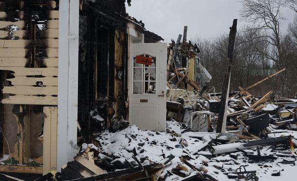Kaksikerroksinen omakotitalo tuhoutui tulipalossa täysin.