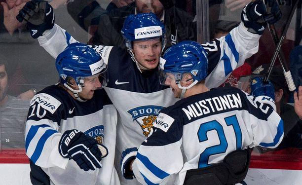 Artturi Lehkonen (keskellä) yrittää kipparoida Suomen tänä iltana alle 20-vuotiaiden MM-turnauksen välieriin.
