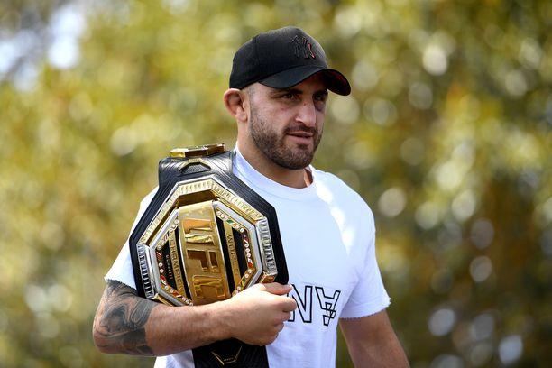 Alexander Volkanovski on UFC:n höyhensarjan mestari.