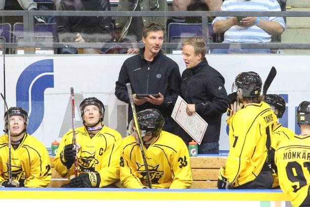 Uusi päävalmentaja Tero Lehterä (takana vas.) on saanut SaiPan iskuun, ja joukkue on noussut sarjataulukossa kahdeksanneksi. Tänään sen vireen testaa JYP kotihallissaan Hippoksella.
