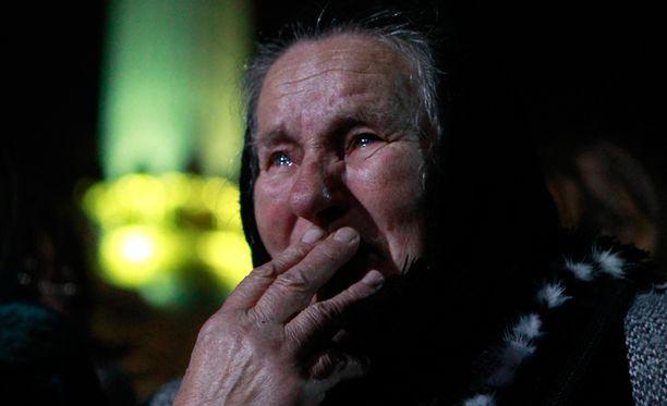 Nainen suri perjantaisessa muistotilaisuudessa Maidanin aukiolla.