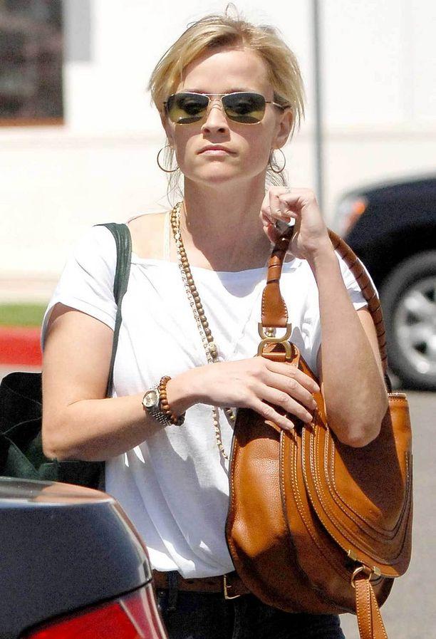 Näyttelijä Reese Witherspoon ja Chloé'n Marcie-laukku vuonna 2011.