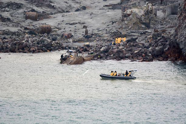Poliisi on lopettanut kahden kateissa olevan ruumiin etsinnät White Island -saarella Uudessa-Seelannissa.