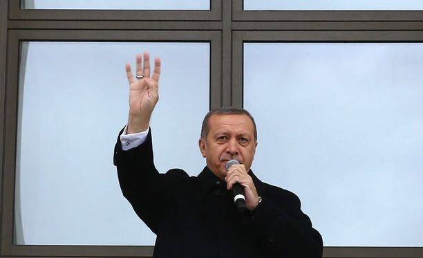Recep Tayyip Erdogan joutui rauhoittamaan kaaokseksi äityneen Turkin liigan ottelun.